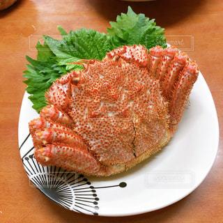テーブルの上の食べ物の皿 毛ガニの写真・画像素材[2700405]
