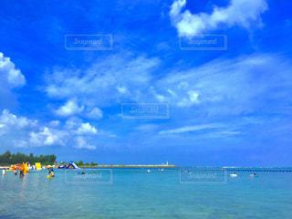 沖縄のビーチ、泳ぐ人々 - No.726414