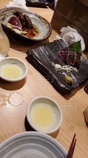 木製のテーブルの上に座っている食べ物の皿の写真・画像素材[2701695]