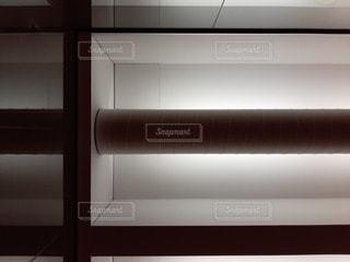 天井と細長い照明と丸いダクトの写真・画像素材[2703921]