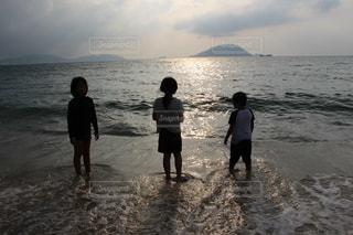 浜辺で遊ぶ子どもの写真・画像素材[2704673]