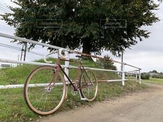 手すりの側面に駐車している自転車の写真・画像素材[2706763]