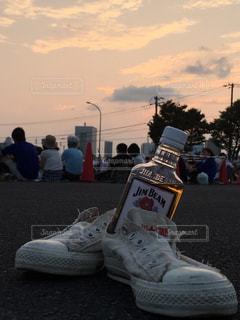 夕暮れとボトルとスニーカーの写真・画像素材[2706798]