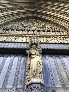 建物の前の聖母像の写真・画像素材[2711816]