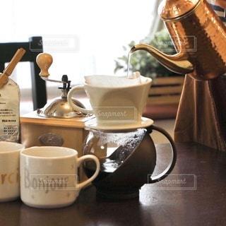 テーブルの上でコーヒーをいれるの写真・画像素材[3410874]