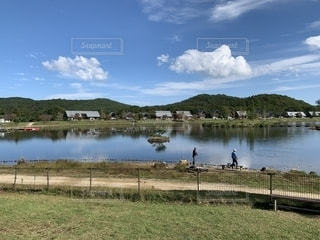 晴れた日の湖の写真・画像素材[2708456]