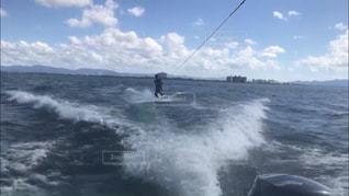 水域の上に波に乗る男の写真・画像素材[2724709]
