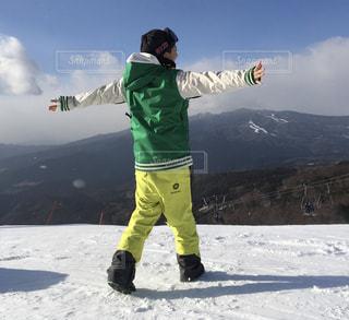 雪に覆われた斜面の上に立っている女の写真・画像素材[2709539]