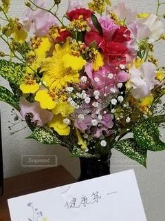 テーブルの上の花瓶に花束の写真・画像素材[2729240]