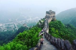 山の頂上に乗る人々のグループ 万里の長城の写真・画像素材[2727298]