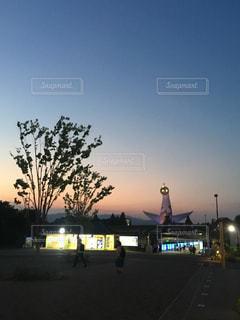 太陽の塔と夕焼けの写真・画像素材[2716662]