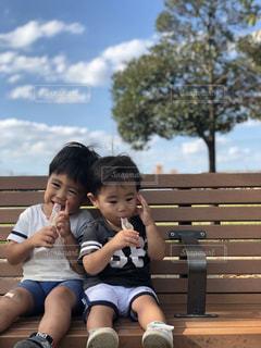 ベンチに座っている小さな女の子の写真・画像素材[2715601]