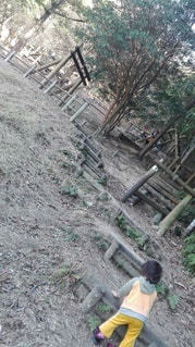 未舗装の道を歩く男の写真・画像素材[2716015]
