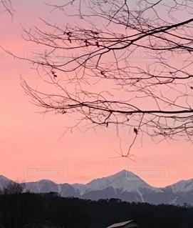 北アルプスの残雪と夕焼けの写真・画像素材[2742319]