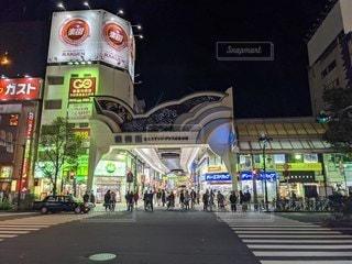 店の前で通りを歩く人々のグループの写真・画像素材[2718847]