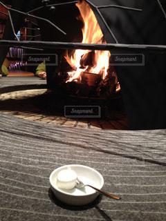 暖炉の前に座っている暖炉のクローズアップの写真・画像素材[2724436]