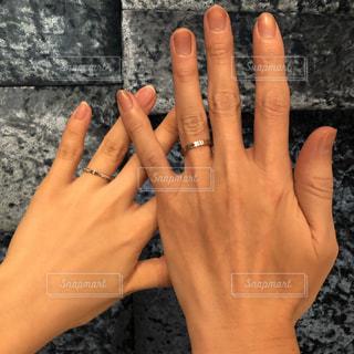 指輪をはめた男女の手の写真・画像素材[2720976]