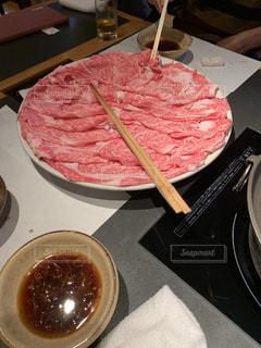 テーブルの上の食べ物の皿の写真・画像素材[2720762]