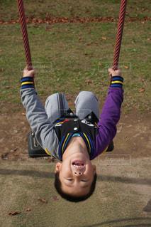 ブランコに乗っている小さな男の子の写真・画像素材[2721818]