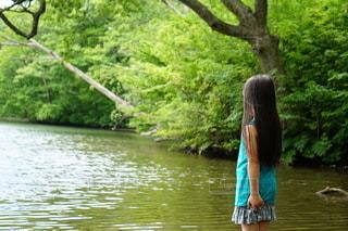水域の隣に立つ女の子の写真・画像素材[2730376]