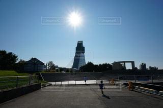 三角形の建物と太陽の写真・画像素材[2767291]