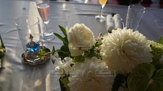 テーブルの上のワインと花瓶の写真・画像素材[2875591]