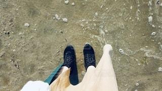 海辺と足元の写真・画像素材[3667388]