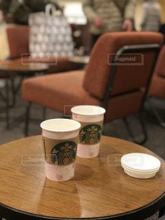 テーブルの上のコーヒー カップの写真・画像素材[1028653]