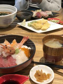 テーブルの上の皿の上に食べ物海鮮丼甘エビの写真・画像素材[1028657]