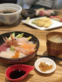 テーブルの上海鮮丼 ランチの写真・画像素材[1028658]