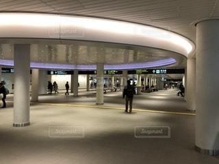 薄暗い地下鉄の駅で人々の写真・画像素材[1028699]