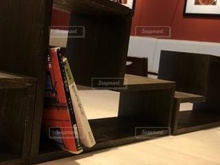 テーブルの上の本の写真・画像素材[1549940]