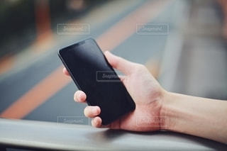 スマートフォンを持つ手元の写真・画像素材[2730534]