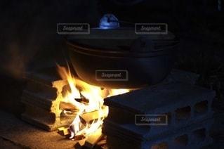 焚き火で芋煮の写真・画像素材[2728831]