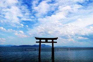 水域の隣にあるベンチの写真・画像素材[2919564]