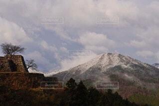 竹田城跡と雪山の写真・画像素材[3800866]