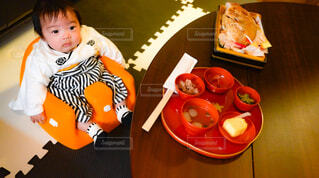 息子のお食い初めの様子の写真・画像素材[4265758]