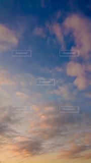 夕焼け空の雲の写真・画像素材[2735585]