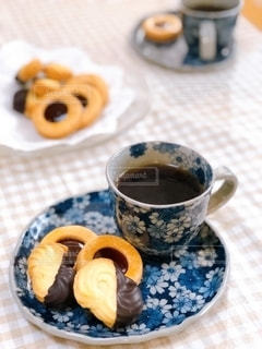 テーブルの上のコーヒー1杯の写真・画像素材[2734297]