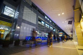 建物の前に立つ人々のグループの写真・画像素材[2791255]