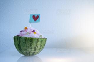 テーブルの上の白い花瓶の写真・画像素材[2872408]