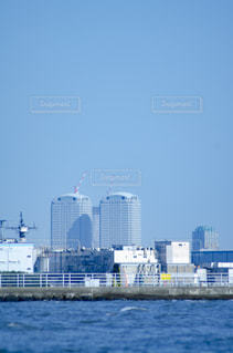 都市を背景にした水域の大きな船の写真・画像素材[3118914]