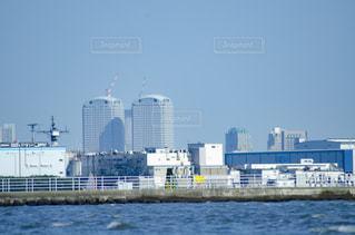 都市を背景にした水域の大きな船の写真・画像素材[3118919]