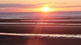 水に沈む夕日の写真・画像素材[2730760]