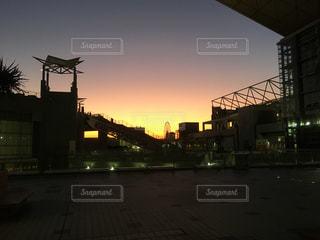 夕暮れ時の都市の眺めの写真・画像素材[2731386]