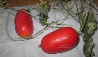 テーブルの上に座っている赤いリンゴの写真・画像素材[2971381]