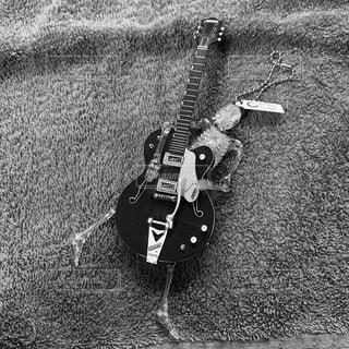 ギターに取り憑いたガイコツの写真・画像素材[2734995]