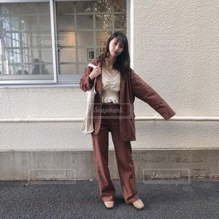 携帯電話で話している建物の前に立っている女性の写真・画像素材[2736783]