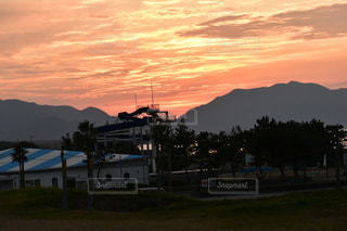 草原に沈む夕日の写真・画像素材[2736831]