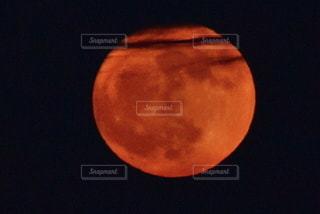 暗闇の中の星の写真・画像素材[2738021]